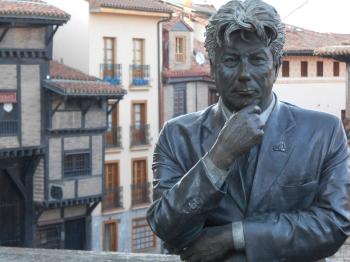 Ken Follet regardant la cathédrale de Vitoria (Espagne)